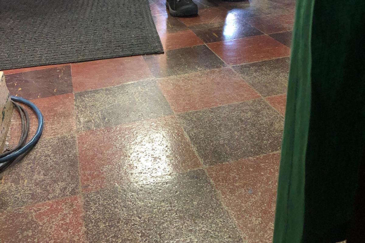 Worn floor surface exposing aspectos